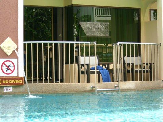 Karon Sea Sands Resort & Spa: Balkon zum Pool