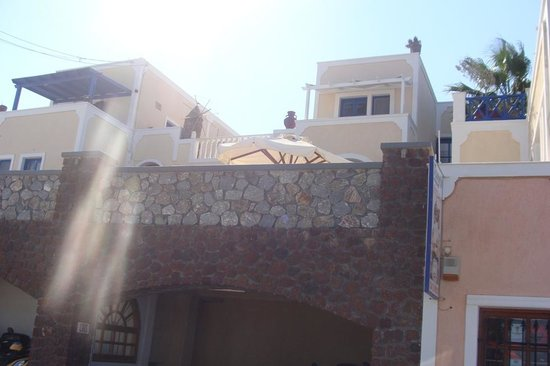 Hotel Thira and Apartments: Hotel from the outside