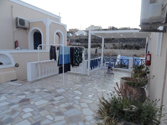 Hotel Thira and Apartments: Upper courtyard
