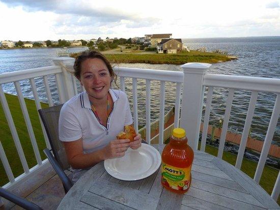 Oasis Suites Hotel: Enjoying breakfast overlooking the roanoke Sound
