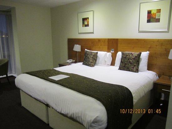 BEST WESTERN Kings Manor Hotel: Huge King-size bed
