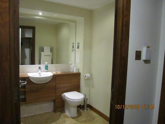 BEST WESTERN Kings Manor Hotel: Bathroom