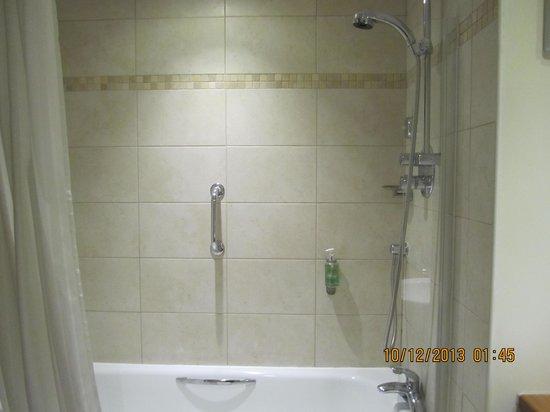 Best Western Kings Manor Hotel: Bathtub