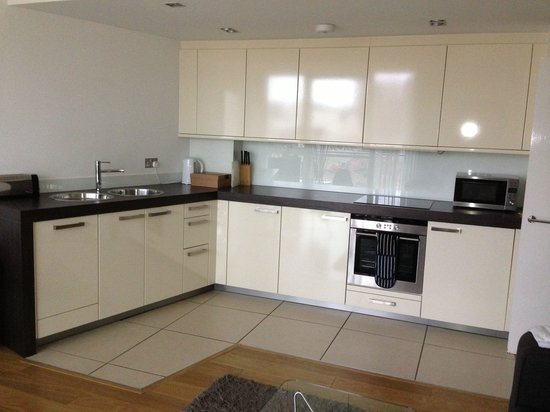 Times Square Serviced Apartments: Kitchen