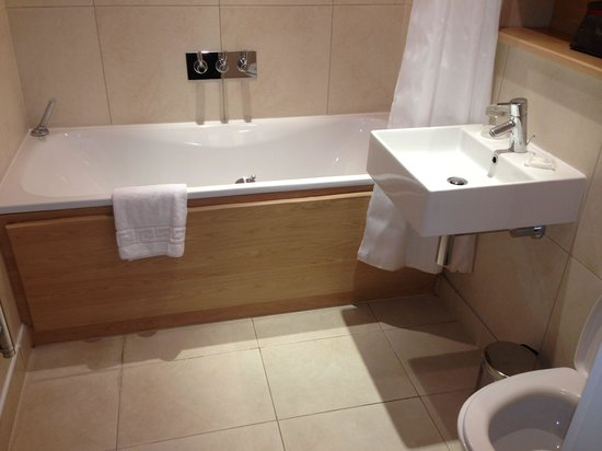 Times Square Serviced Apartments: Bathroom