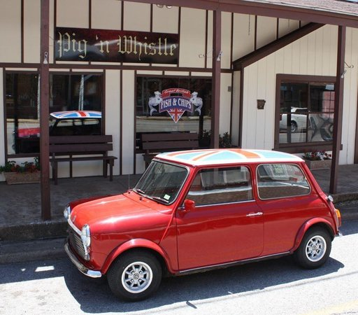 Main Street Hardy-Mini with Union Jack in front of Pig 'n Whistle