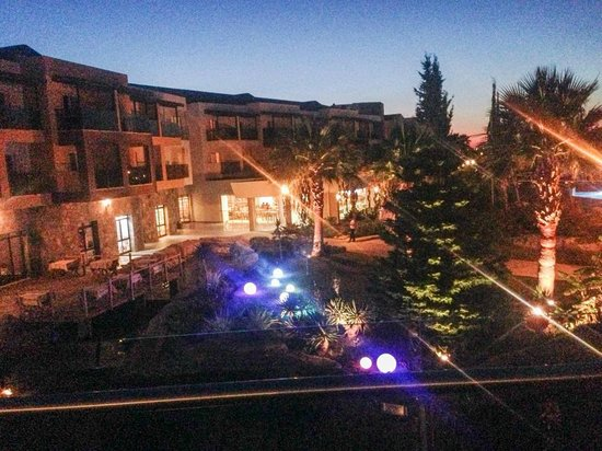 Aqua Fantasy Aquapark Hotel & SPA: At night .. the grounds of the hotel
