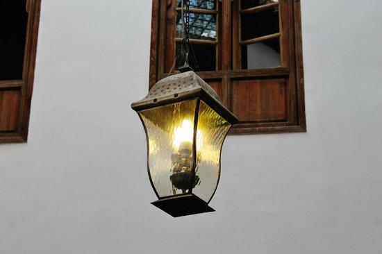 Riad Dar Hanae: Lamp in the courtyard