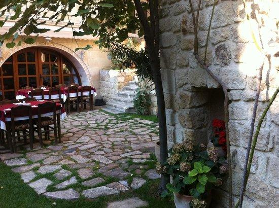 Selcuklu Evi: ristorante in giardino