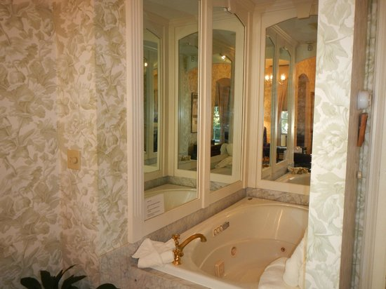 Adele Turner Inn : The jacuzzi tub in The Great Gatsby room