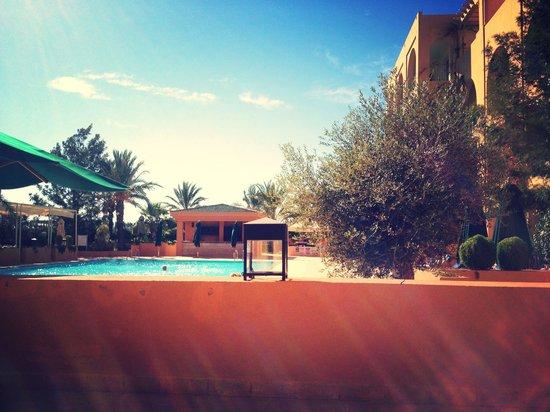 Alhambra Thalasso Hotel: Vue de transat vers la piscine