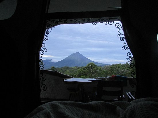 Leaves and Lizards Arenal Volcano Cabin Retreat: Nice view to wake up to