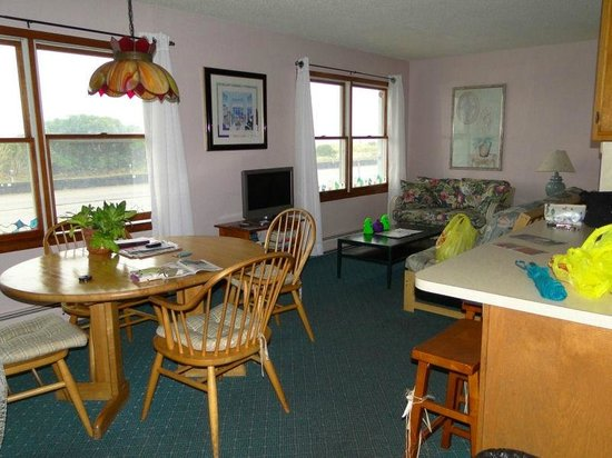 Buckingham Motel: Living and Dining Area