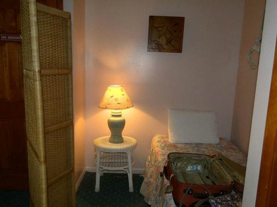 Buckingham Motel: Single Bed in Living Area Nook