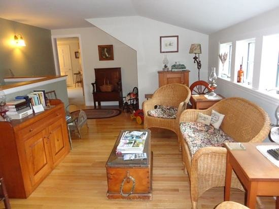 Bethel Hill Bed and Breakfast: upstairs sitting area, looking into Dogwood Suite.