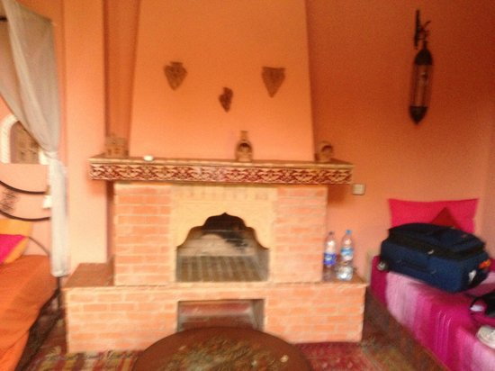 Ryad Bahia: Fireplace in bedroom
