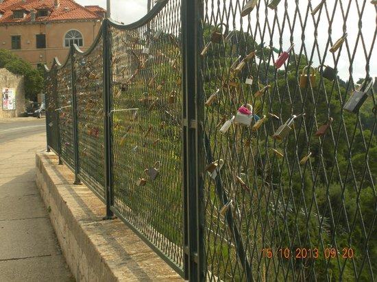 Hotel Lapad : Lots of padlocks on the fences !