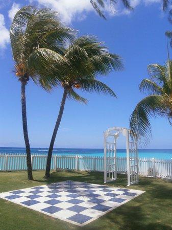 Bougainvillea Beach Resort: giant chess