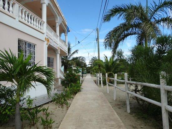 Sea View Suites: Inn is on the sidewalk