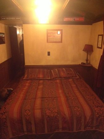 Canyon Motel & RV Park : The bedroom area in the front of Caboose #1