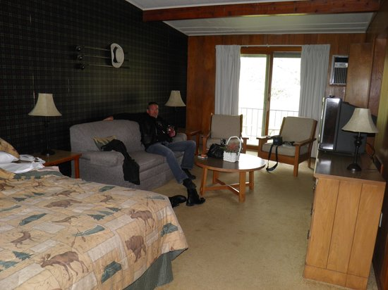Birchwood Inn: Our cozy, clean room