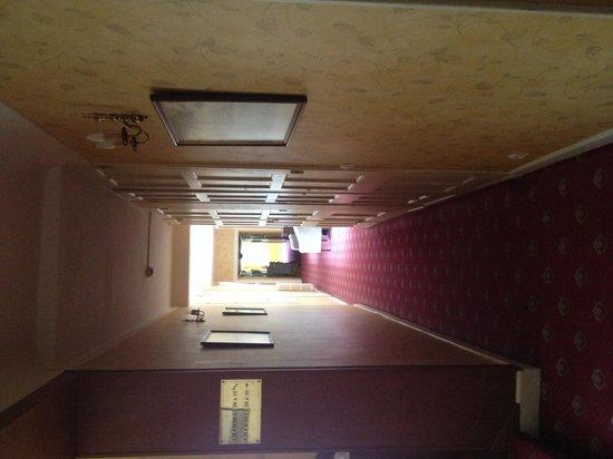 Manoir Hotel: First floor landing
