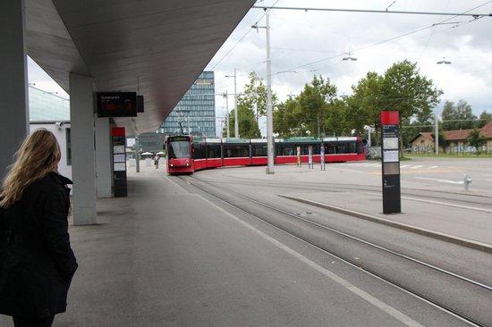 Ibis Bern Expo: Ponto de trem em frente ao Hotel