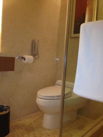 InterContinental Saigon Hotel: Bathroom Club Room on 18th Floor