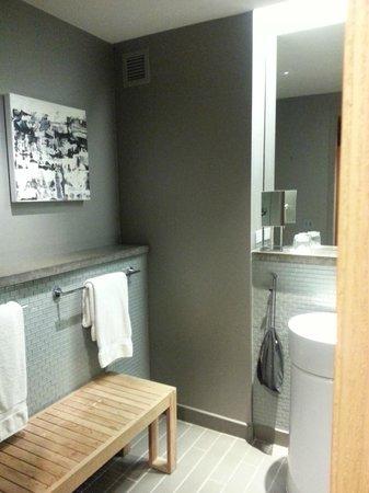 Loews Chicago O'Hare Hotel : Restroom