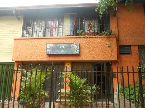 Palm Tree Hostal Medellin: El frente del hostal
