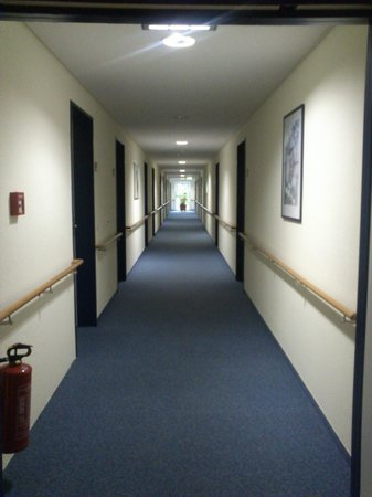 Victors Residenz-Hotel Gummersbach: The Loooonnnggg corridor...this is just half of it.