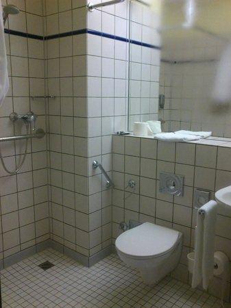 Victors Residenz Hotel: Decent Bathroom