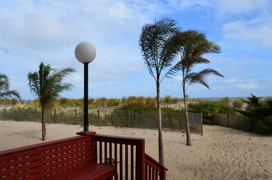 Quality Inn Oceanfront: This is the path to the beach