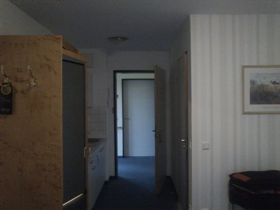 Victors Residenz-Hotel Gummersbach: Entrance to the room