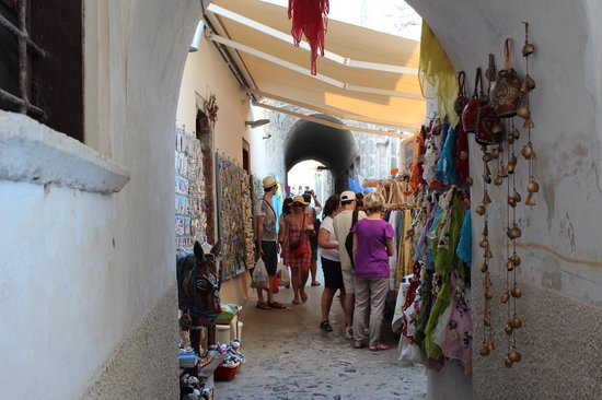 Cliff Side Suites : streets of Fira