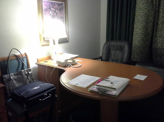 La Quinta Inn & Suites Miami Airport West: Work station in room