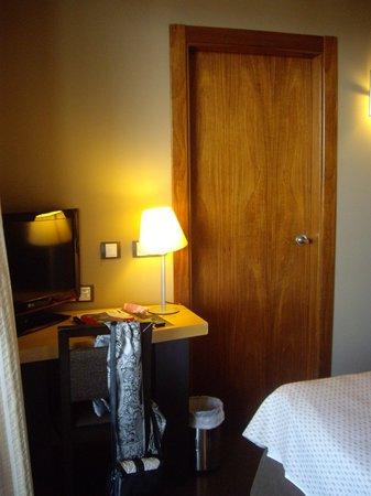 Hotel Rice Bulevar : zona de la television y puerta del baño