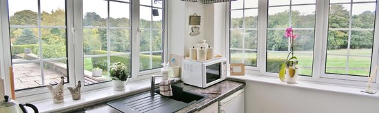 Green Acres & Cherry Blossom Cottage: Perfect vista from well equipped kitchenette