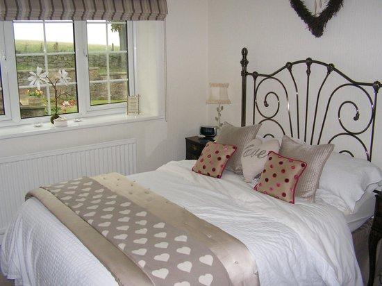 Green Acres & Cherry Blossom Cottage: Delightfully furnished bedroom with en-suite shower room