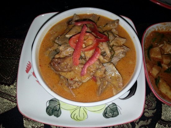 Five Spice : Gai (Geflügel) mit Red Curry gut gewürzt mit Kräutern für Zürich für BKK zu flach. Meine Empfehl