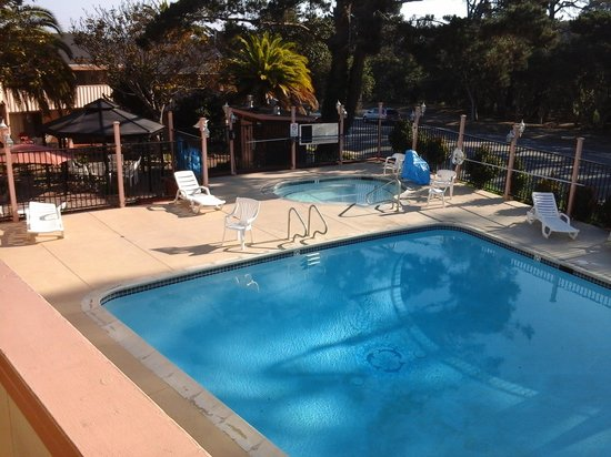 Americas Best Value Presidents Inn on Munras: Very nice clean pool and jacuzzi, gasebo.