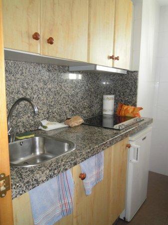 Bajondillo Apartments: cisinette de l'appartement