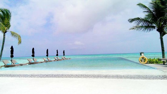 LUX* South Ari Atoll: Infinity pool