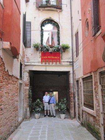 Hotel Casa Petrarca : approach to the hotel