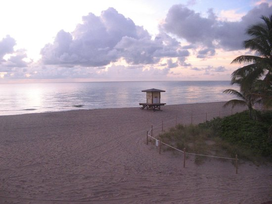 Manta Ray Inn : Early morning beach view with lifeguard area nearby
