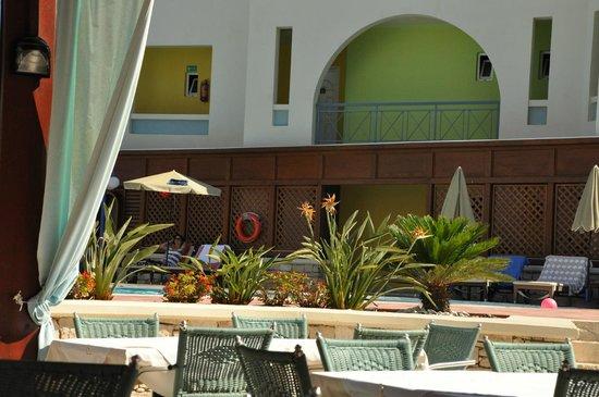 Mythos Palace: Вид с площадки ресторана на бассейн