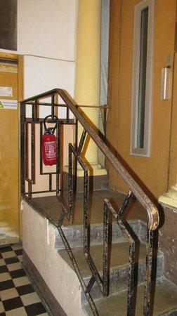 Hotel Cresp : Acesso ao elevador - fuja se tiver problemas de locomoção!