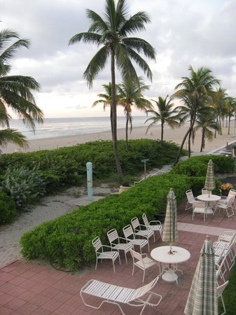 Manta Ray Inn : Beach and grounds early in the morning.