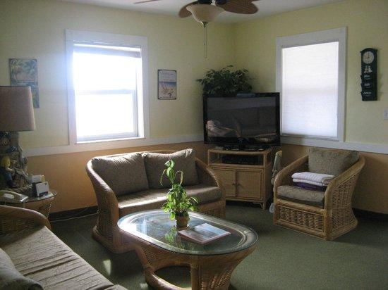 Manta Ray Inn : Room 206 - living room with amazing ocean views