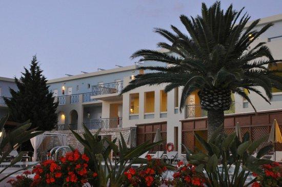 Mythos Palace: Вид с площадки ресторана на внутренний дворик и бассейн